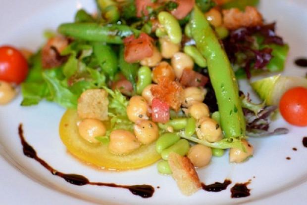 Салат с фасолью и нутом