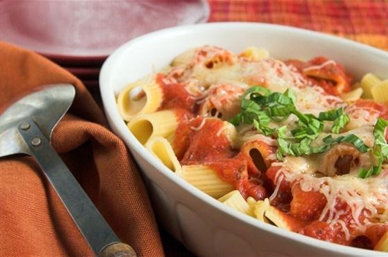 Пенне ригате с моцареллой и соусом из свежих помидоров