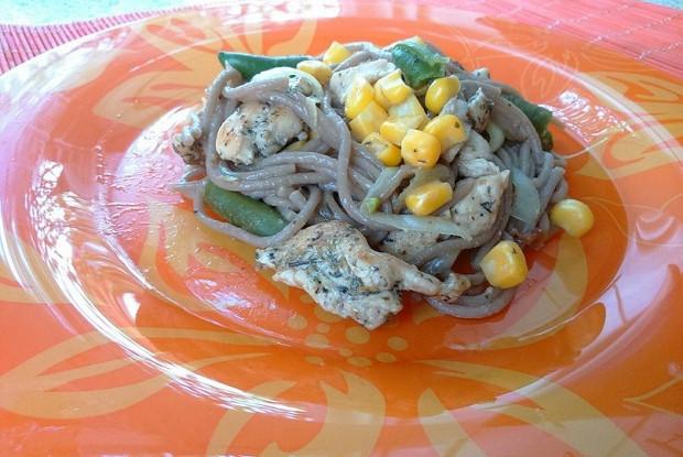 Гречневая лапша соба с курицей и овощами