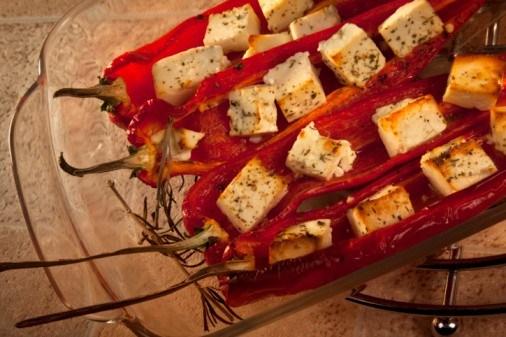 Кисло-сладкие перцы с жареным козьим сыром