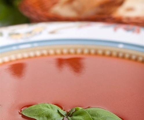 Холодный суп из томатов с базиликом