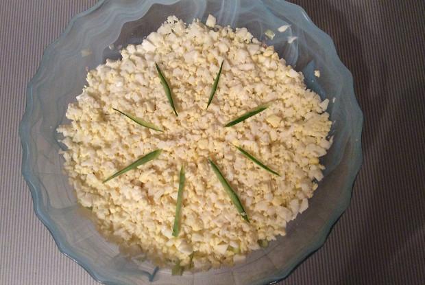 Слоеный салат с тунцом, рисом и луком