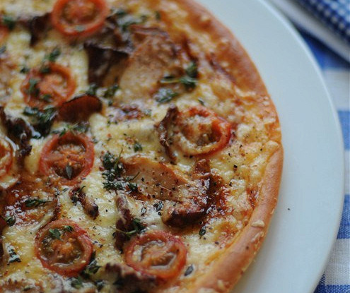 Пицца с лесными грибами и молодым тимьяном