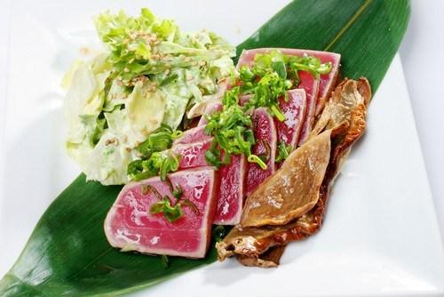 Подрумяненный тунец с Пармезаном, рукколой и мидиями