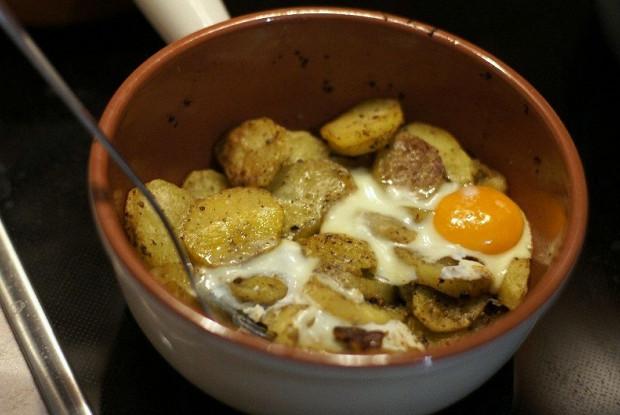 Картофель в духовке с яйцом