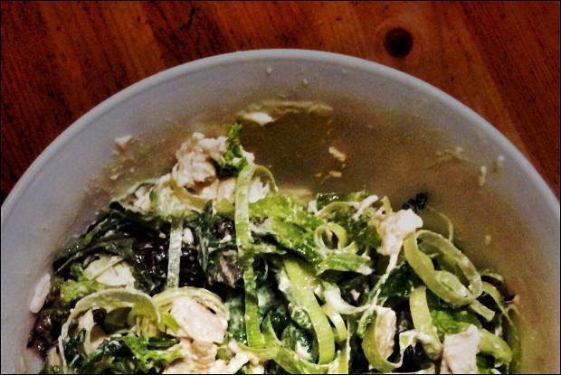 Зеленый салат с базиликом и курицей
