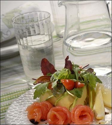 Салат из рукколы, мангольда и семги