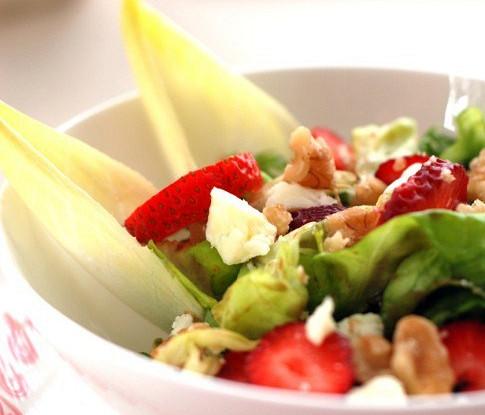 Зеленый салат с клубникой, фетой и грецкими орехами
