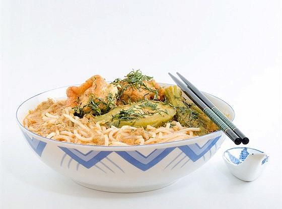 Суп с рисовой лапшой и жареным тофу