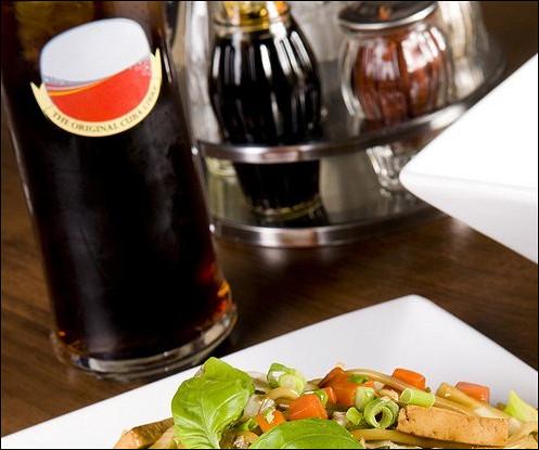 Острые жареные овощи с тофу и лапшой соба