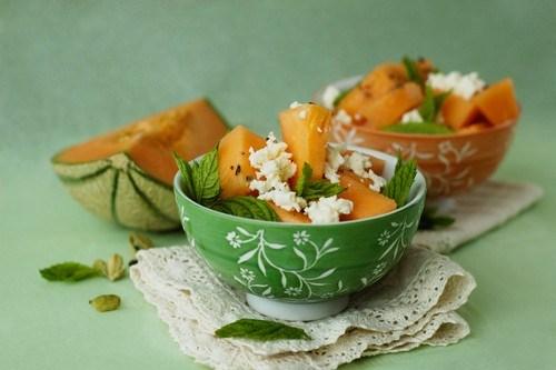 Салат с дыней, фетой и красным луком