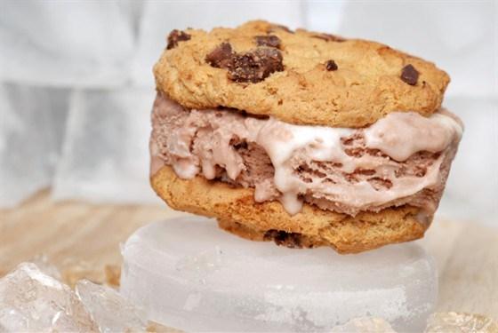 Быстрый торт из мороженого с бисквитами
