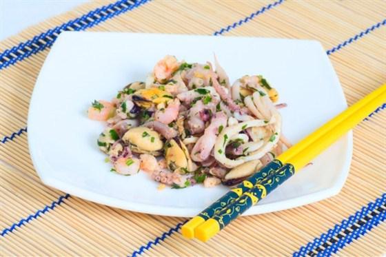 Салат из маринованного осьминога