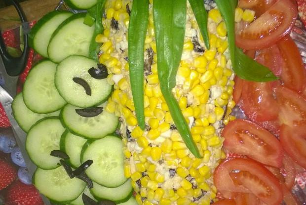 Салат с кукурузой и черносливом