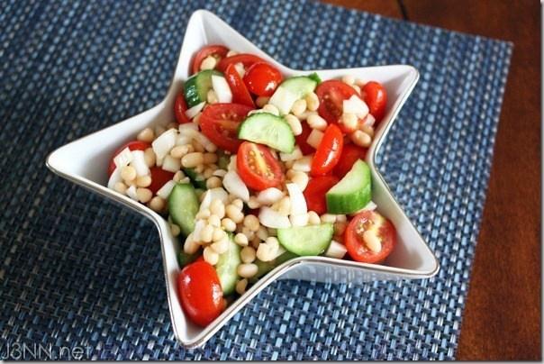 Салат с томатами, огурцами и белой фасолью