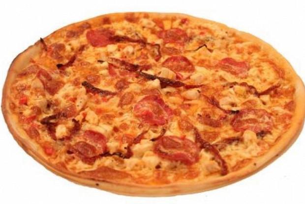 Пицца с томатами, говядиной и маринованным перцем