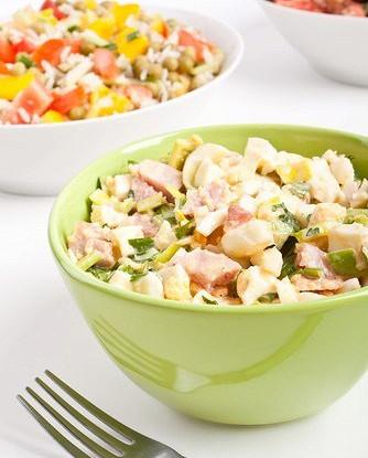 Салат ромен с беконом и яйцами