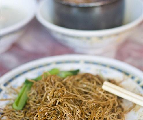 Рисовая лапша со свининой и зеленым луком