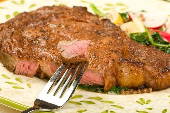 Рибай стейк в специях c винным соусом и с пюре из пастернака