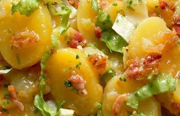 Теплый картофельный салат с хрустящим беконом (Patate e Pancetta) от шефа Джино Д'акампо