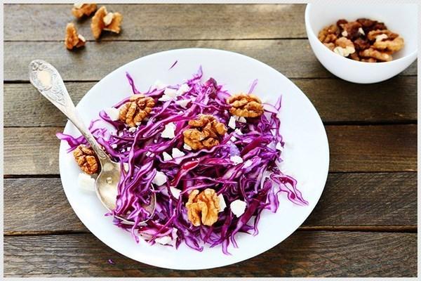 Салат с красной капустой, сыром и орехами