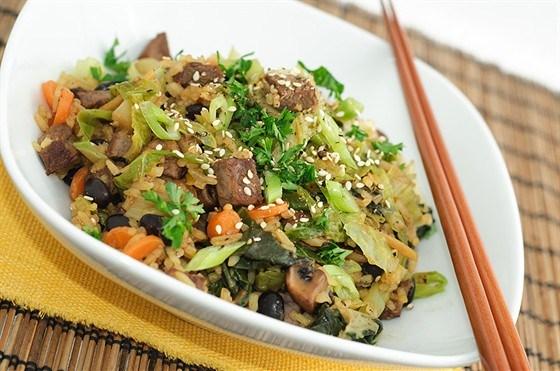 Жареный рис с овощами, соевым соусом, супом мисо и пикулями
