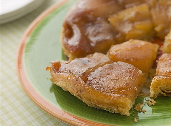 Пирог с карамелизованными яблоками и орехами пекан