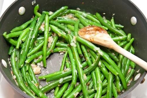 Зеленая фасоль со сливочным маслом и травами
