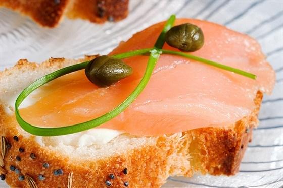 Копченый лосось с коньячно-тминным майонезом на тостах из французского хлеба