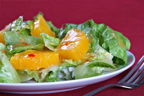 Салат из латука с цитрусами и сухариками