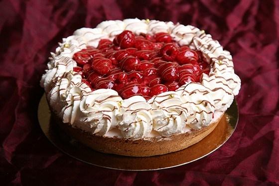 Миндальный пирог с малиной и взбитыми сливками