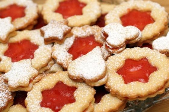 Миндальное печенье с корицей, кардамоном и малиновым джемом