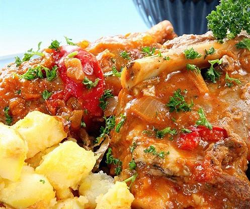 Баранина, тушеная в красном вине и томатном соусе