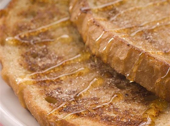 Сладкие французские тосты с теплым персиковым компотом и кленовым сиропом