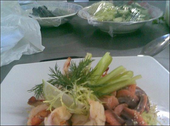 Салат из тигровых креветок и семги