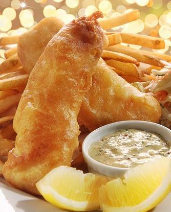 Золотистые рыбные палочки из морского языка с соусом тартар