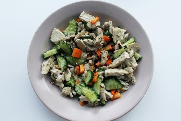 Салат с курицей и горько-сладкой заправкой