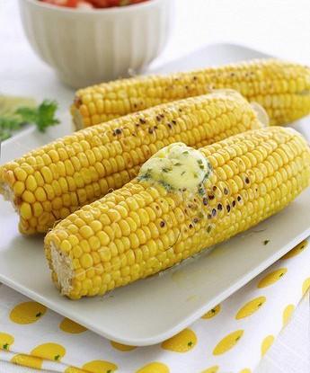 Золотистая кукуруза на гриле в сыре с дольками лайма