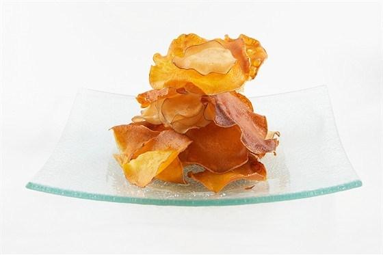 Жареные кружки батата в чесночном масле с жареным шалфеем
