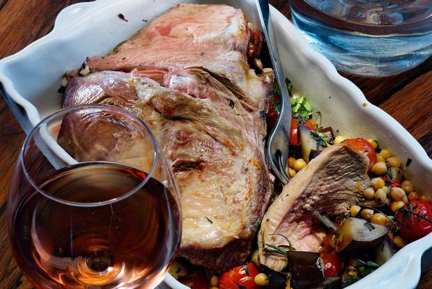 Баранье жиго с теплым салатом из баклажанов и нута