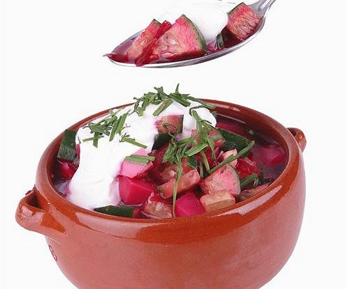 Салат из редиса с орехами и свекольной ботвой