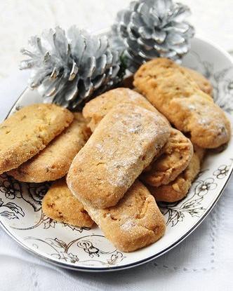 Новогоднее печенье с кедровыми орешками и розмарином