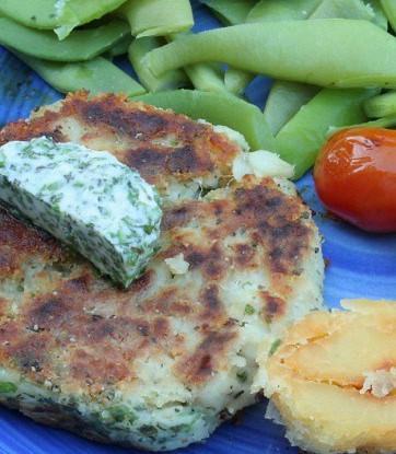 Котлеты из окуня с травами и зеленым соусом с хреном