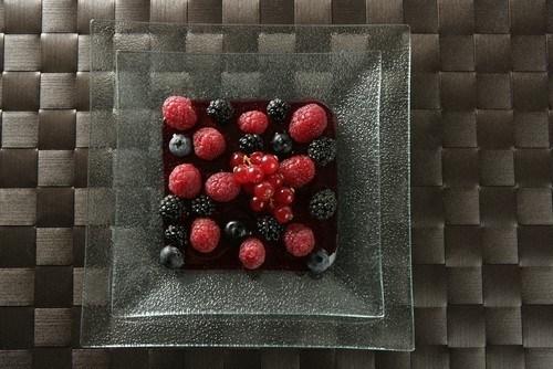 Малина и черника в сиропе из красного вина
