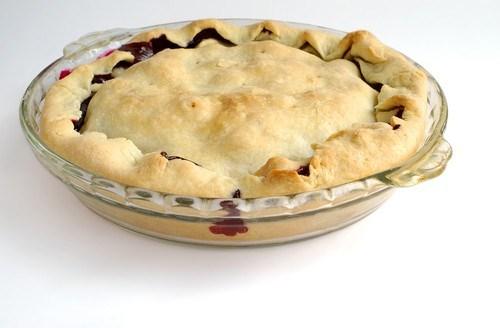 Закрытый песочный пирог с четырьмя видами ягод
