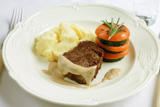 Стейк с перечным соусом, картофельным пюре и мильфеем из цукини и томатов