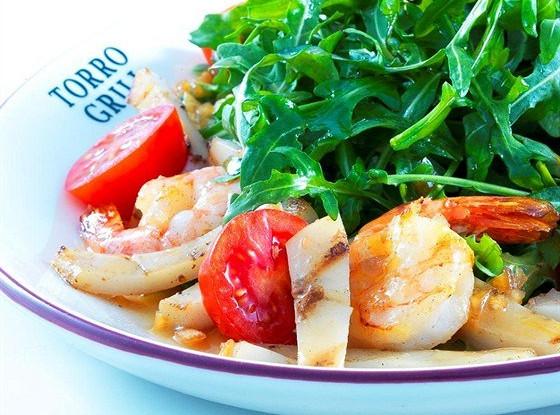 Салат с морепродуктами гриль и рукколой