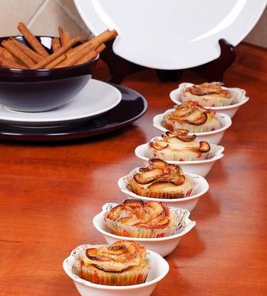Маффины с кусочками яблок, грецкими орехами и корицей