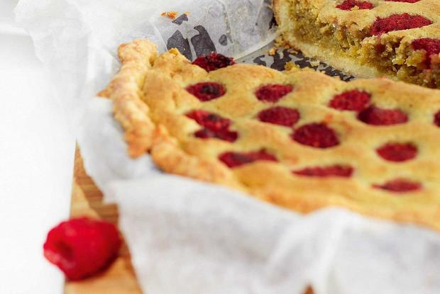 Пирог с малиной и фисташковым франжипаном