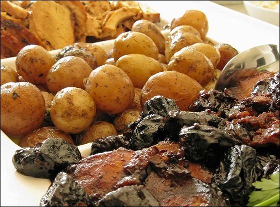 Свинина, печенная с картофелем и черносливом